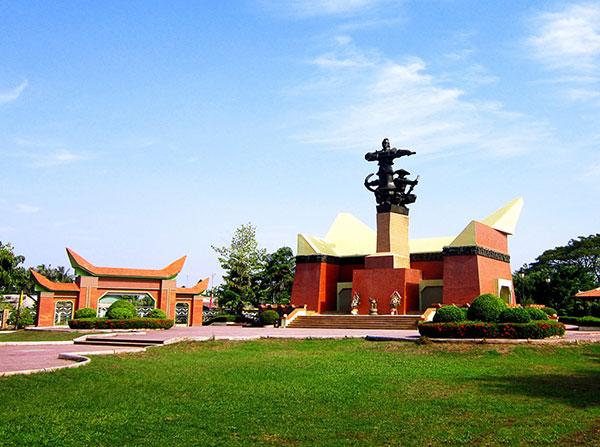 Tượng đài kỷ niệm chiến thắng Rạch Gầm - Xoài Mút