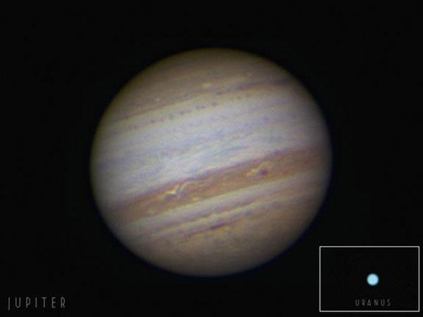 Bức ảnh được chụp vào ngày 20/09/2010 khi Sao Mộc tiến đến vị trí gần Trái Đât nhất kể từ năm 1993. Sao Thiên Vương, được thêm vào bức ảnh, có thể được nhìn thấy qua kính thiên văn gần Sao Mộc