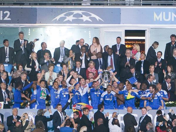 Các cầu thủ Chelsea ăn mừng chức vô địch UEFA Champions League lần đầu tiên trước Bayern Munich.