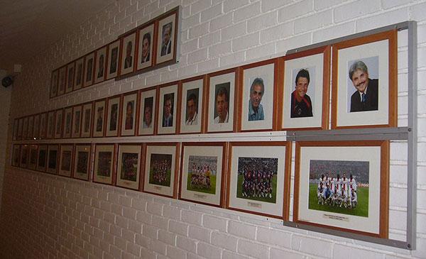 Hình ảnh các nhận vật trong quá khứ của PSG tại phòng thay quần áo của Công viên các hoàng tử