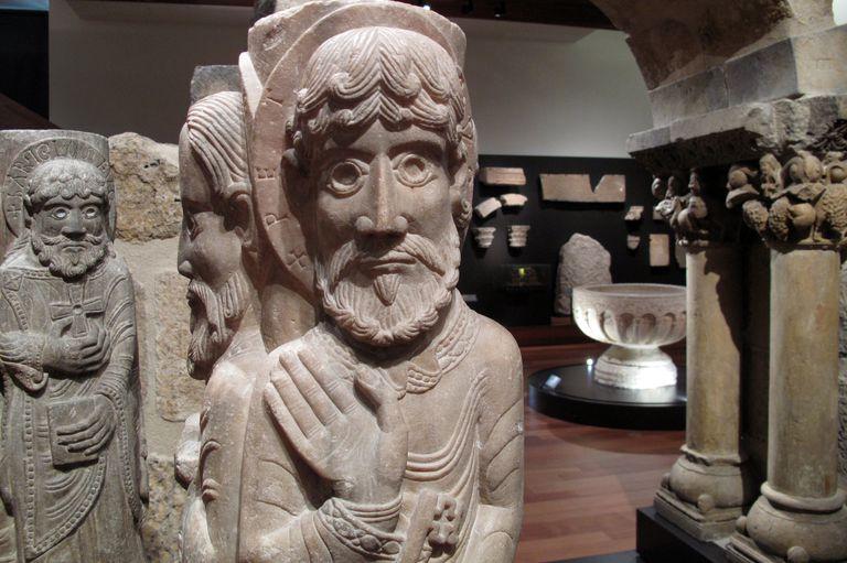 Các họa tiết điêu khắc cột tại Bảo tàng Khảo cổ Quốc gia ở Madrid, Tây Ban Nha