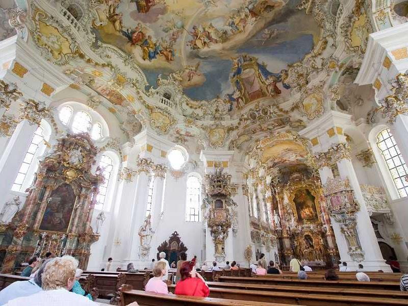 Với kiến trúc Rococo, những chi tiết được trang trí bởi tạo hình hoa văn và áp dụng màu sắc hài hòa
